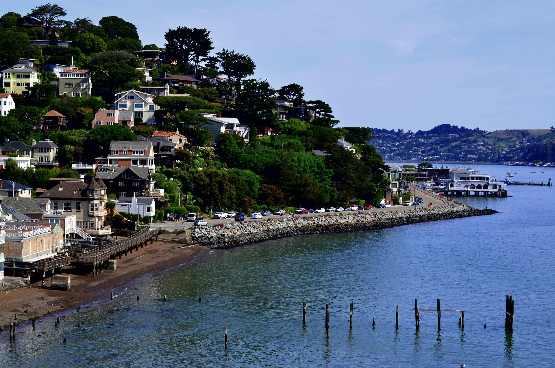 a picture of houses along the hills of Sausalito ca in marin county near the water